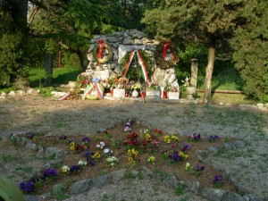 800px-Trieste_-_Monumento_ai_71_ostaggi_fucilati_dai_nazisti_-_cippo_di_pietre_carsiche_e_lapidi